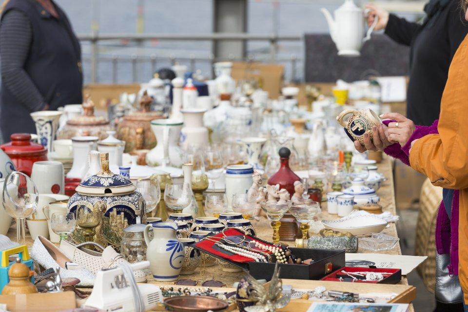 Flohmarkt am Weserufer - Auf einem Tisch werden Sachen zum Verkauf angeboten